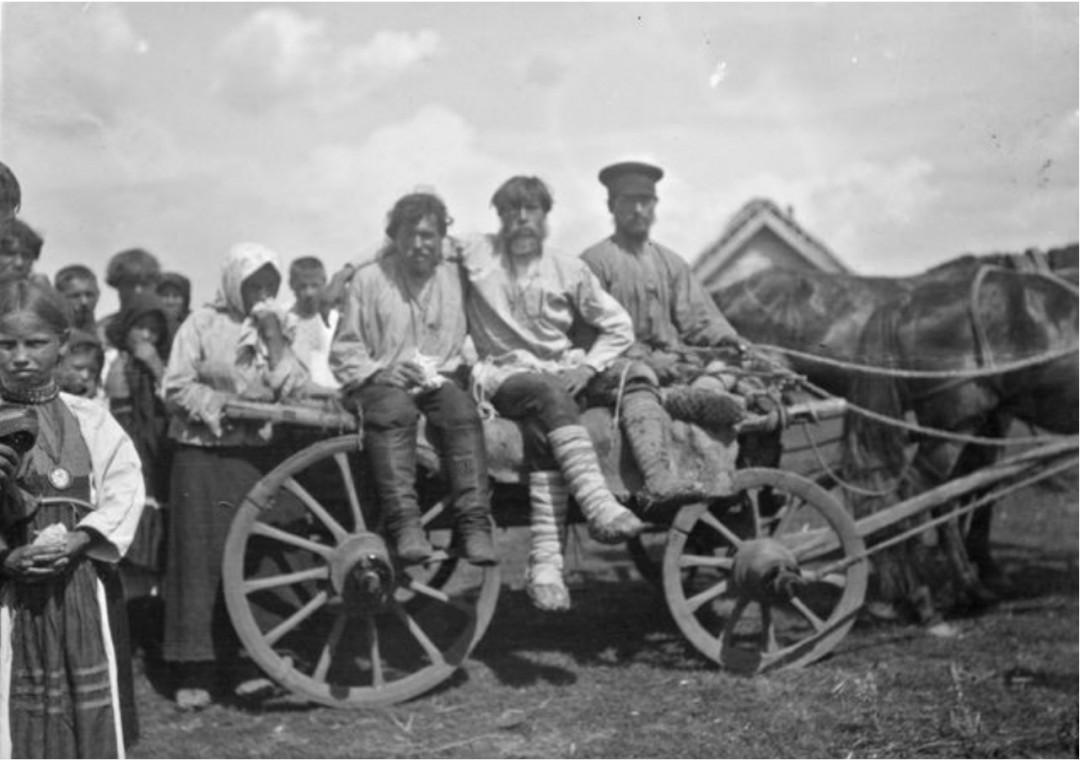 Мужчины покидают деревню, отправляясь на войну
