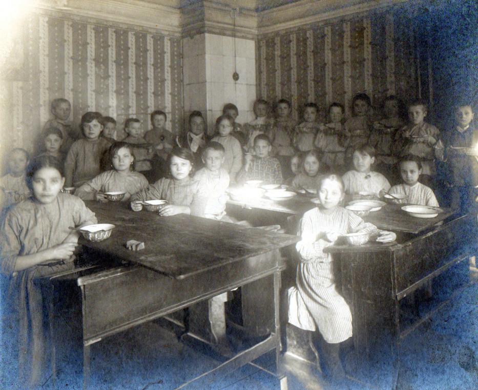 1916. Дети-беженцы получают завтрак