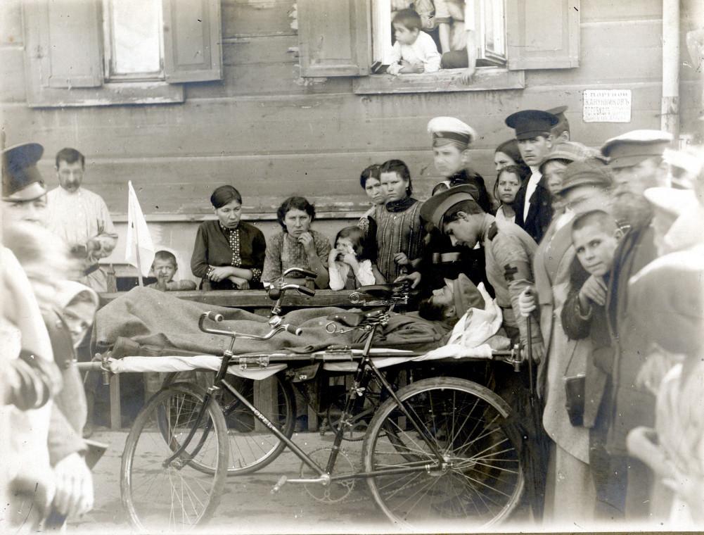 1914 год. Перевозка тяжелораненых на велосипедах. Самара.